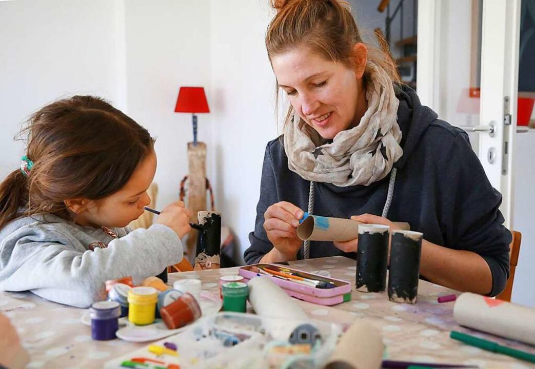 Viele Eltern und Kinder finden in dies...auch zu neuer gemeinsamer Kreativität.    Foto: Mascha Brichta (dpa)
