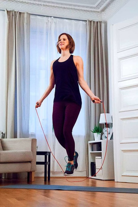 Wer sich mit Seilspringen fit halten w...enhaus lieber nicht in den Ruhezeiten.  | Foto: Christin Klose (dpa)