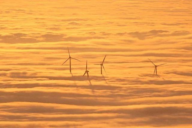 Die Windräder am Roßkopf erheben sich aus dem Nebelmeer