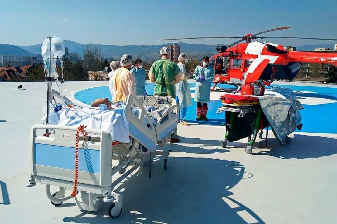Übergabe eines Patienten an das Hubschrauberteam der Rega.  | Foto: Rega