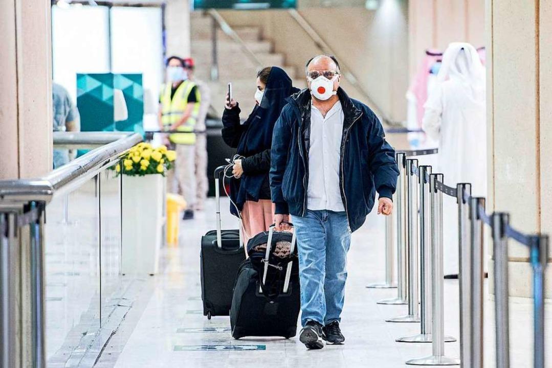 Passagiere kommen auf dem King Khalid ...avirus (COVID-19) in London festsaßen.  | Foto: - (dpa)