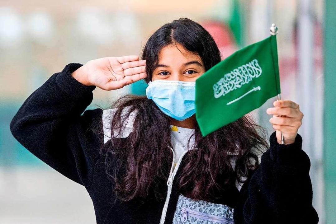 Ein saudisches Mädchen hält die Nation... am King Khalid International Airport.  | Foto: - (dpa)