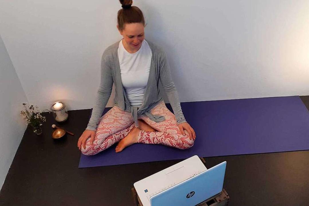 Anne Thorand aus Ebringen bietet  Yogastunden per Videokonferenz an.  | Foto: Privat