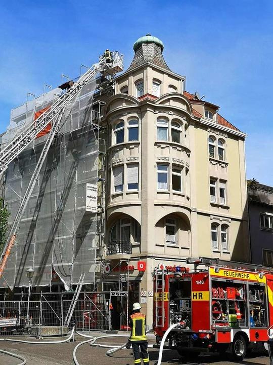 Feuer am Dach des Erkers vom Haus Kaechelen in der Hauptstraße  | Foto: Ralf Burgmaier