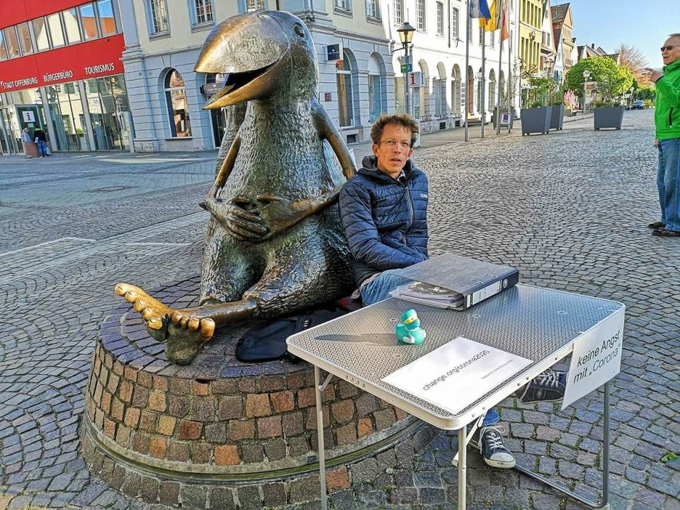 Fritz Düker an seinem Campingtisch mit...maßvollen Umgang miteinander geeinigt.  | Foto: Ralf Burgmaier