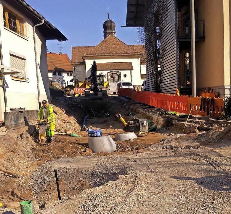 Die Arbeiten zur  Ortskernsanierung Üh...echts) bis zur Kirche haben begonnen.   | Foto: suedkurier