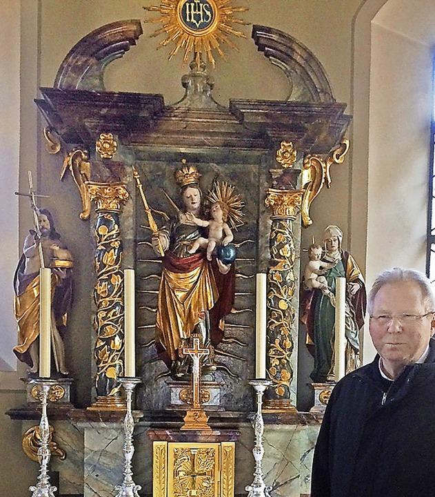 Pfarrer Matthias Kirner und der Marienaltar  | Foto: Annemarie Rösch