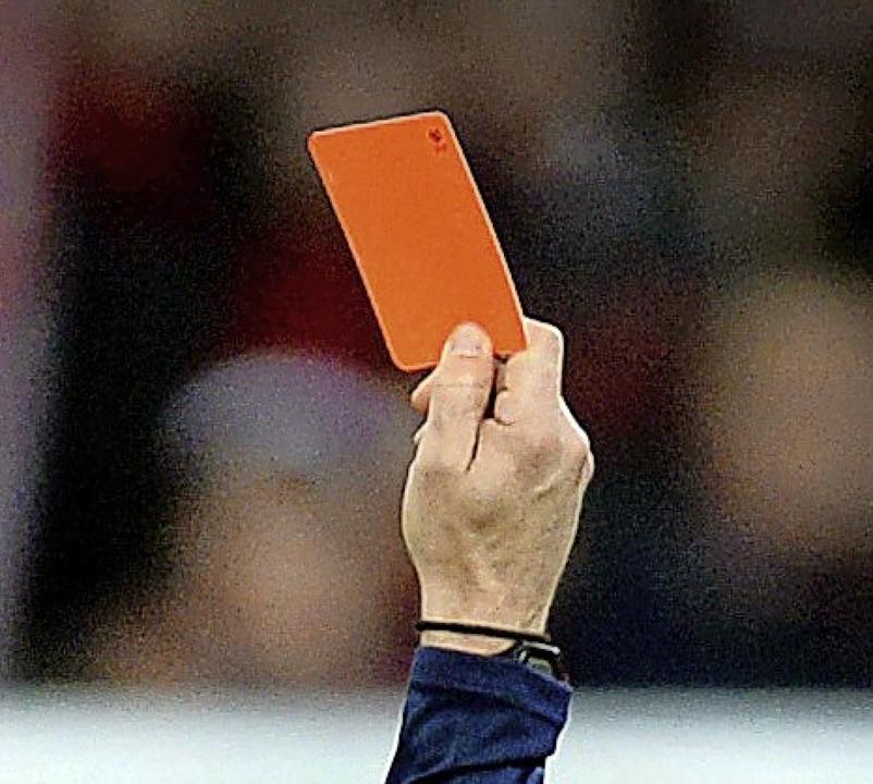 Wenn der Schiedsrichter zum äußersten Mittel greift: rot    Foto: Patrick Seeger (dpa)