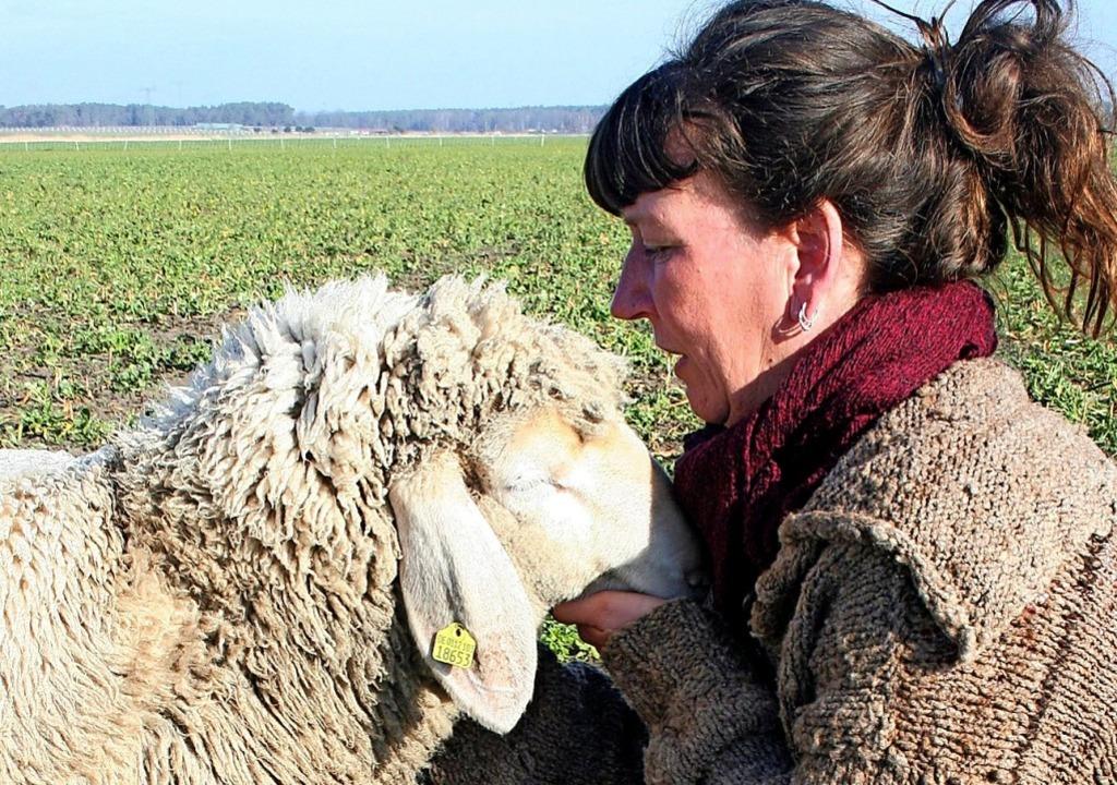 Die zwei mögen sich: Viola Timm und eines ihrer Schafe.  | Foto: Karlotta Ehrenberg (dpa)