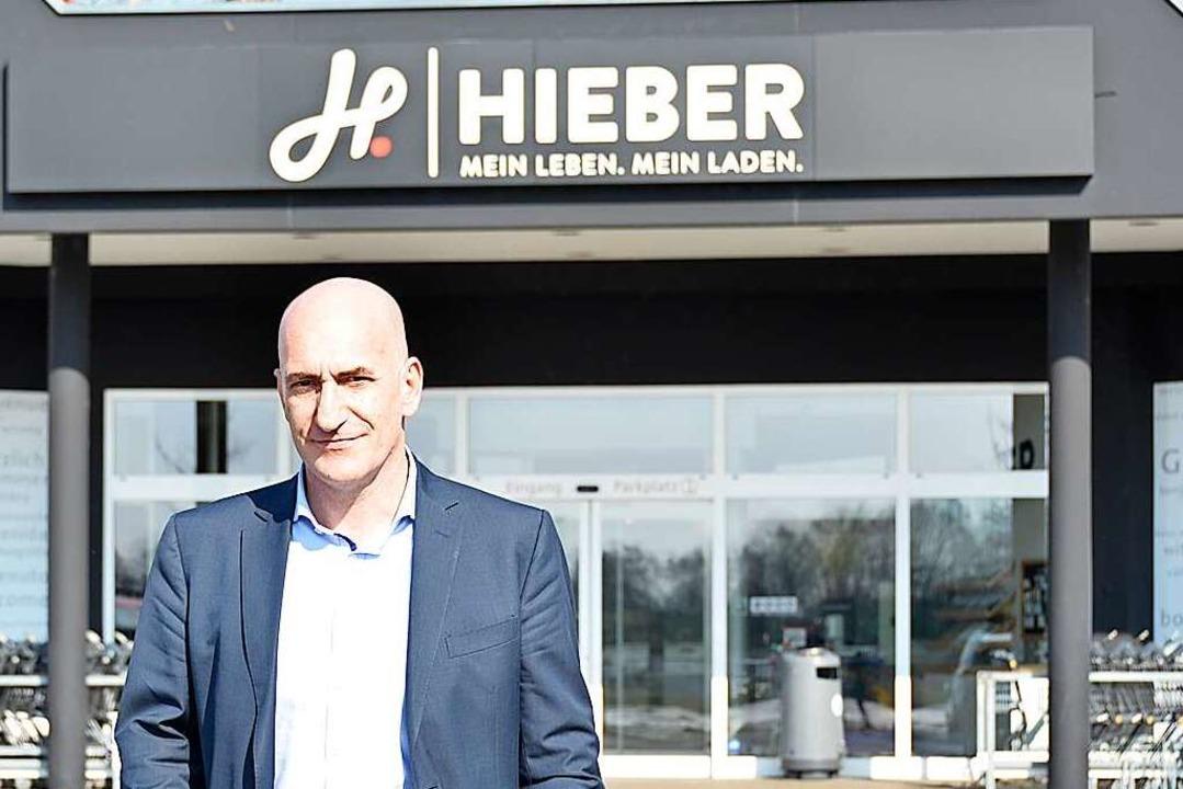 Dieter Hieber am Eingang seines Marktes in Binzen  | Foto: Moritz Lehmann