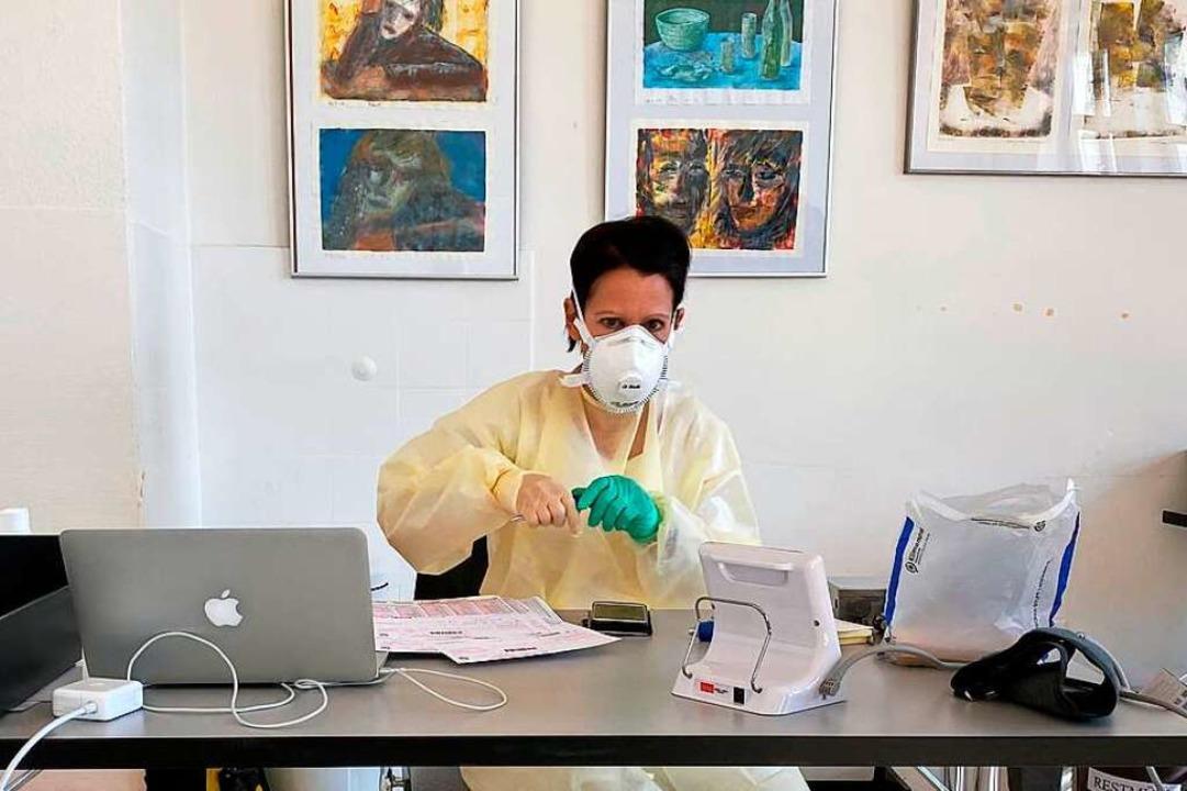 Ärztin Isabel Gröschl mit Schutzkleidu...axisräumen im Michael-Denzlinger-Haus.  | Foto: privat