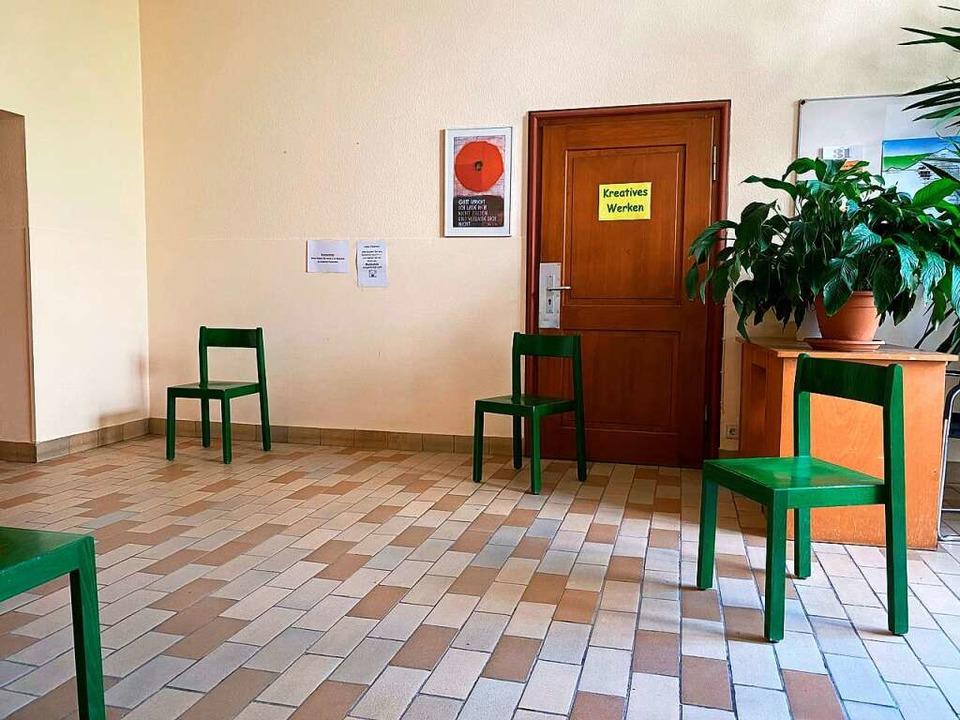 Im Wartebereich stehen die Stühle mit großem Abstand.  | Foto: privat