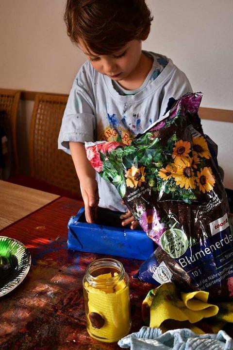 Wer die Bohnen später essen möchte, ni...e. Sonst geht auch normale Blumenerde.  | Foto: Leony Stabla