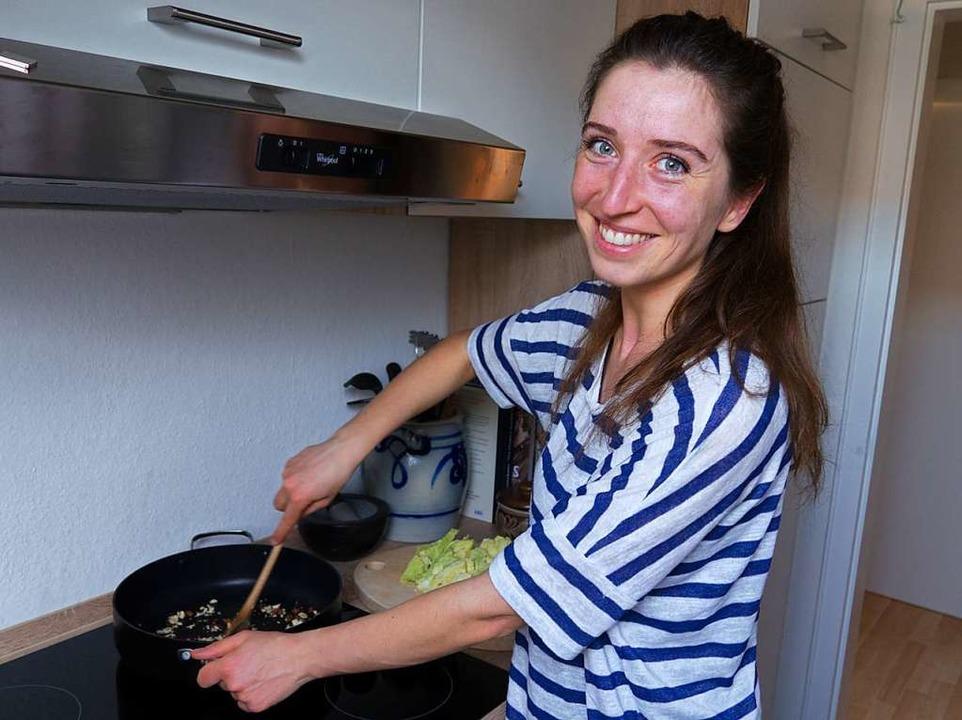 Ernährungswissenschaftlerin Helene Heinze beim Kochen.  | Foto: privat