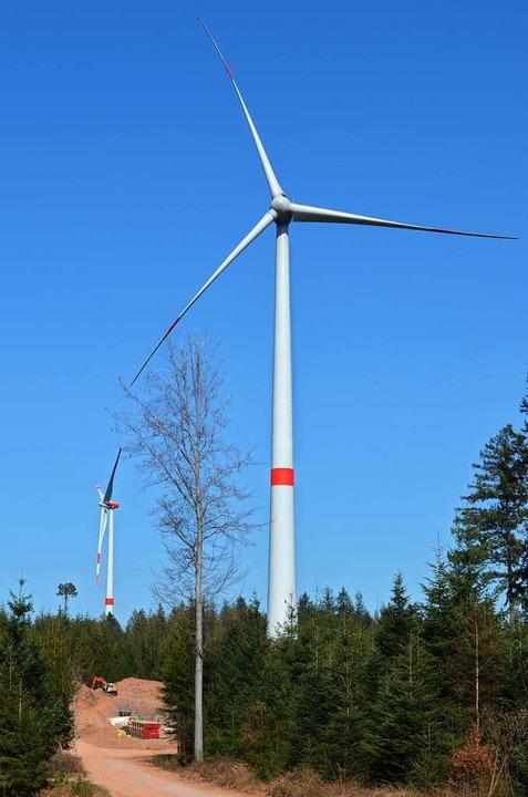 Zwei der drei Windräder drehen sich bereits.  | Foto: Nikolaus Bayer