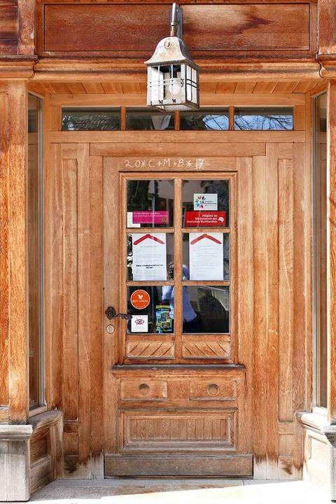 Die Tür zum Buchladen im Roten Haus wird sich am Montag wohl noch nicht öffnen.  | Foto: Tanja Bury