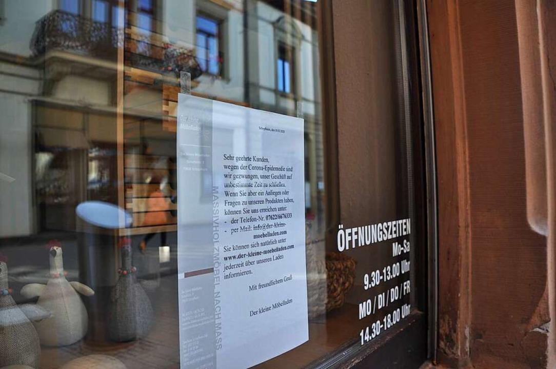 Die Hinweise an den Eingangstüren der ...te dürften nach und nach verschwinden.    Foto: Nicolai Kapitz