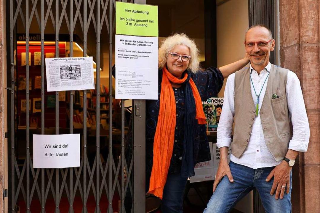 Freuen sich über die Wiedereröffnung: ... Schwab vor ihrer Buchhandlung in Lahr  | Foto: Christoph Breithaupt