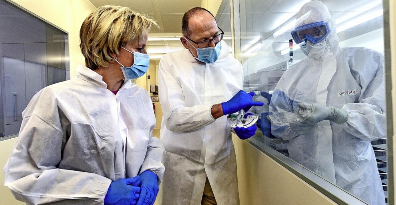 Ministerin Nicole Hoffmeister-Kraut lä...ts Testkartuschen hergestellt werden.   | Foto: Thomas Kunz