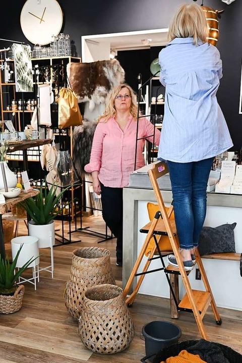 Derzeit bereiten sich viele Händler auf die Wiedereröffnung vor.  | Foto: Arne Dedert (dpa)