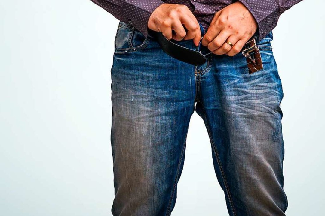 Der Mann hatte den Zeugen zufolge seine Hose ausgezogen (Symbolbild).  | Foto: Andriano_Cz (Adobe Stock)