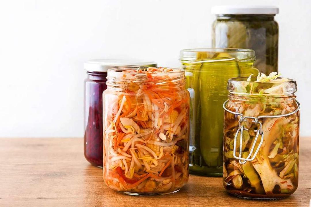 Gut durchgezogen: fermentierte Lebensm...le koreanische Kimchi (links unten)...  | Foto: chandlervid85  (stock.adobe.com)