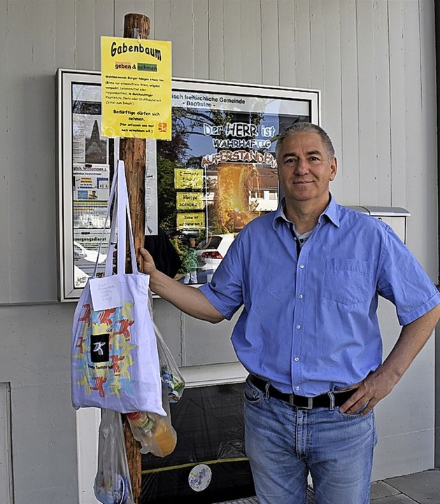 Pastor Jürgen Exner mit dem Gabenbaum in der Feldbergstraße    Foto: Thomas Loisl Mink