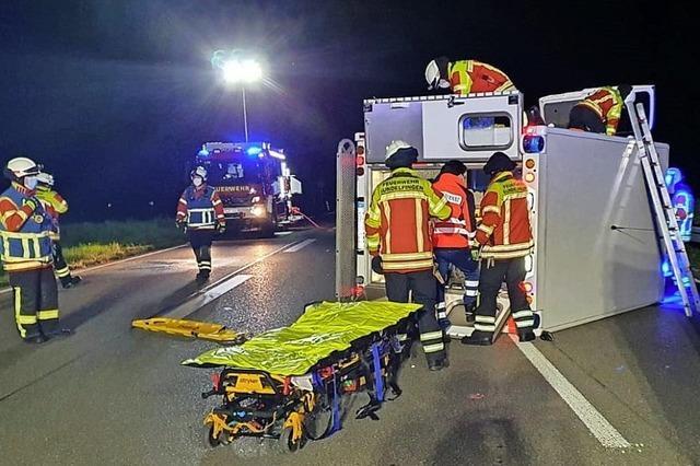 Rettungswagen kippt um