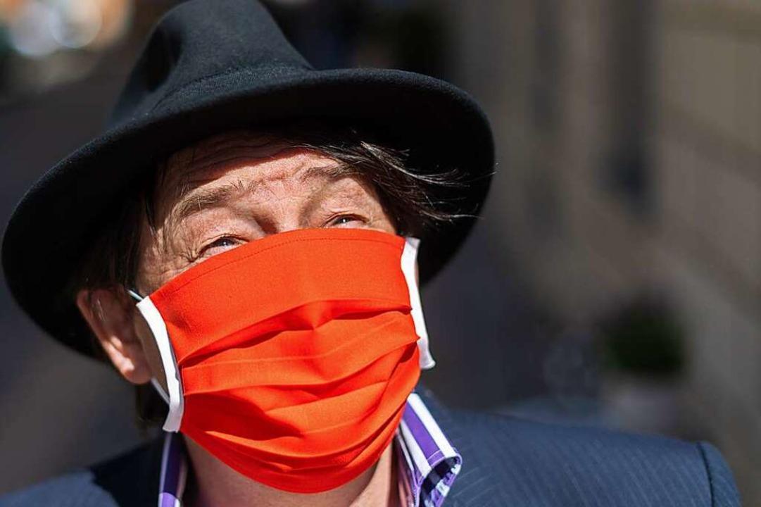 Mann mit Schutzmaske (Symbolfoto)  | Foto: Robert Michael (dpa)