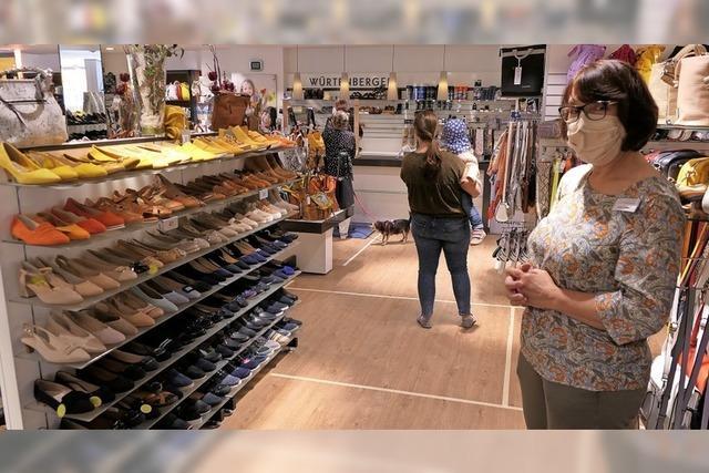 Schuhkauf mit Maske, Plexiglas und Abstandsmarkierung