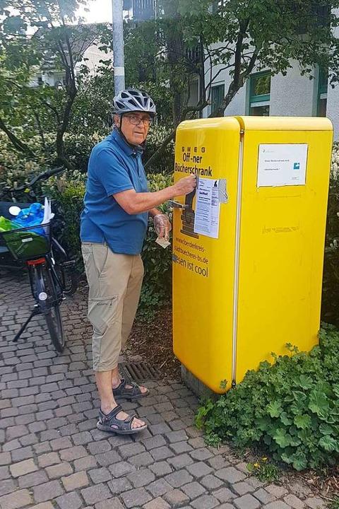 Bernhard Biendl macht  den Bücherschra...olf-Eberle-Platz wieder einsatzbereit.  | Foto: Axel Kremp