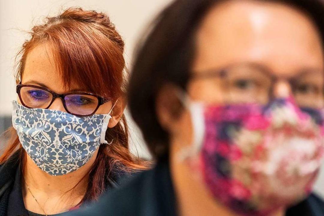 Ab kommenden Montag Pflicht in Geschäften und im ÖPNV im Land: Masken.  | Foto: Robert Michael (dpa)