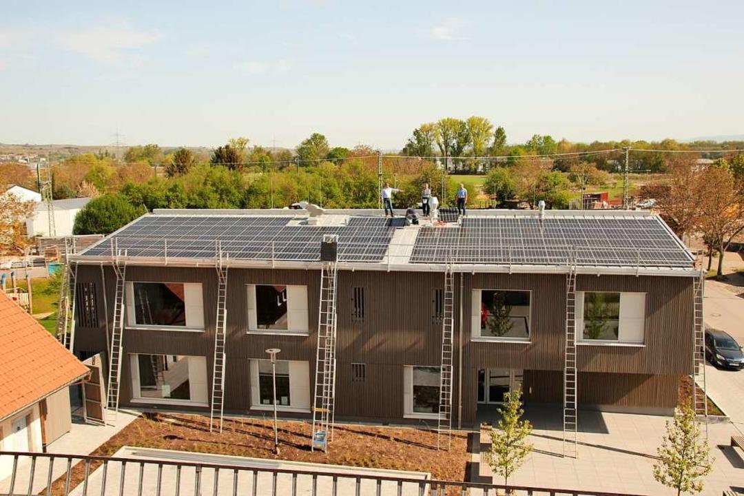 Auf dem Dach des neuen Kindergartens i...te Arbeiten an der Photovoltaikanlage.  | Foto: Mario Schöneberg