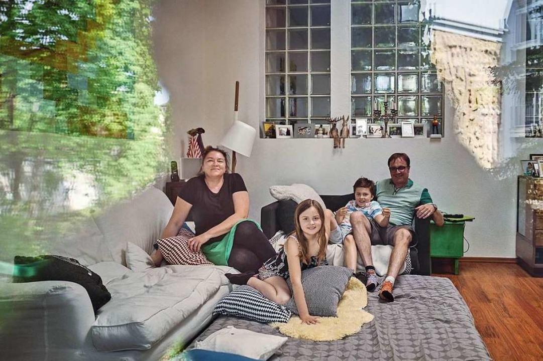 Sie haben sich eine Tischtennisplatte ...r Anja und Vater Axel, Emil und Karla.  | Foto: Felix Groteloh