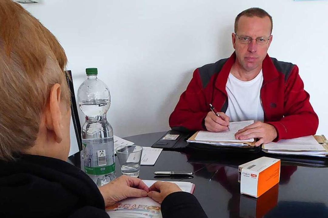 Im Gespräch mit einer Klientin (aus dem Jahr 2019)   | Foto: Peter Stellmach