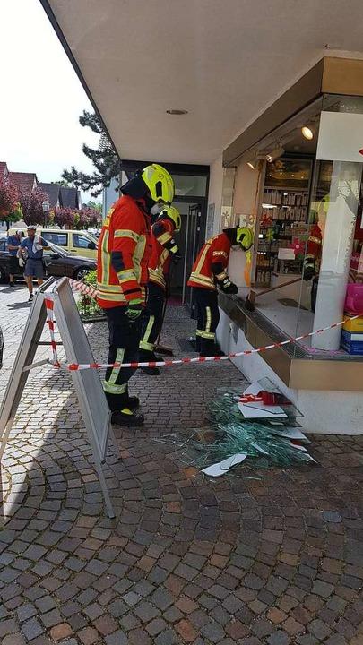 Die Feuerwehr Bözingen kümmerte sich um die Aufräumarbeiten.    Foto: Horst David