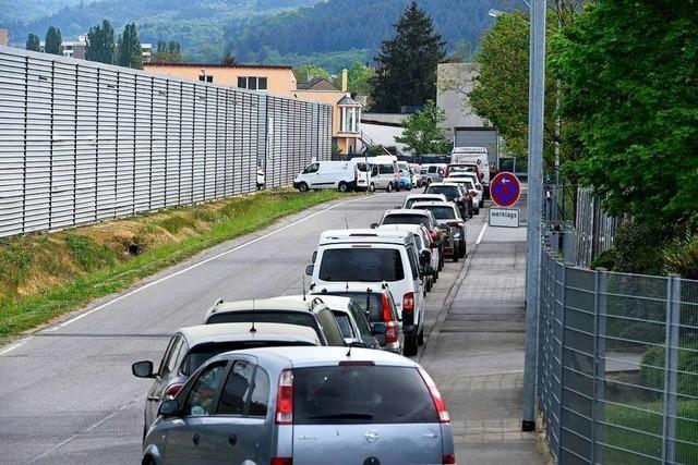 Freiburger überrennen Recyclinghof St. Gabriel nach der Wiedereröffnung