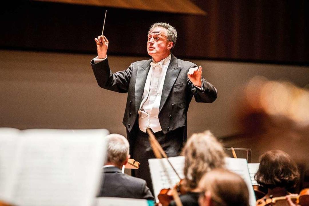 Generalmusikdirektor Fabrice Bollon le...as Philharmonische Orchester Freiburg.  | Foto: Britt Schilling