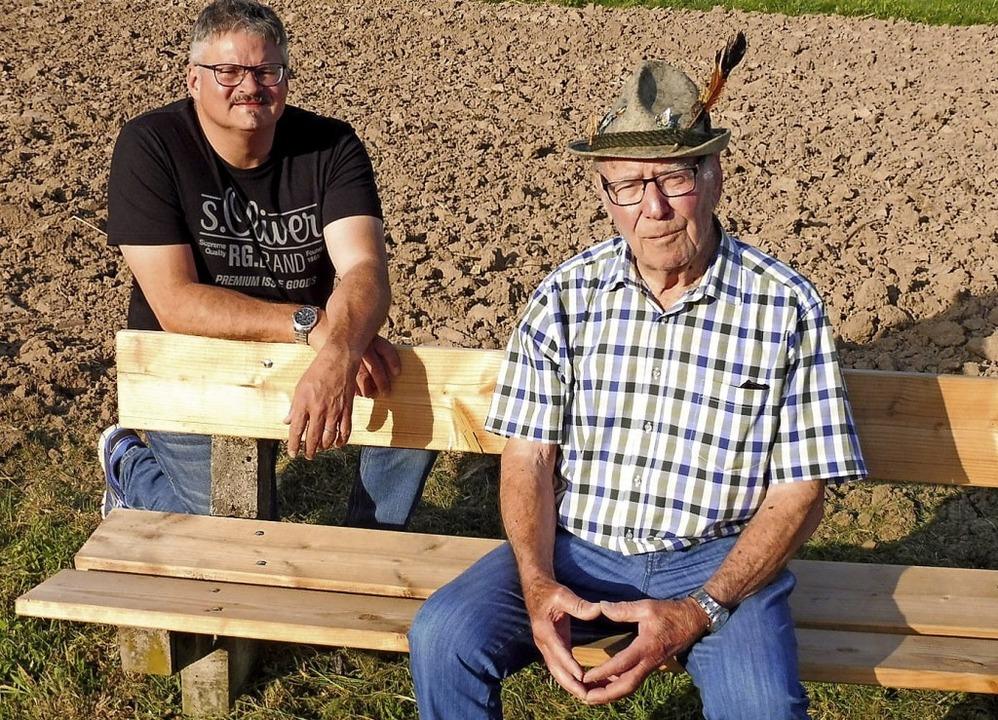 Max Gutmann (rechts) und Wieslets Orts...Eichin auf einem Bänkchen des MG-Clubs  | Foto: Dieter Vollmer
