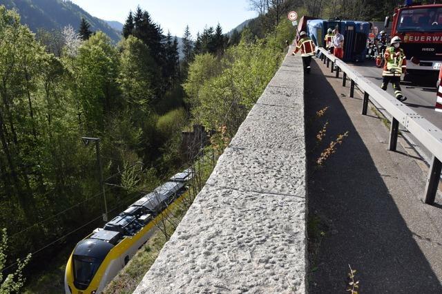 Bahnverkehr im Höllental nach Laster-Unfall unterbrochen