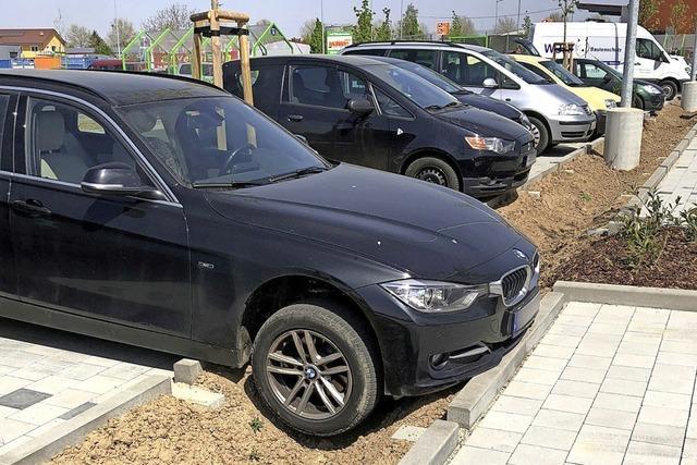 In Müllheim landeten beim Globus Baumarkt einige Autos im Graben