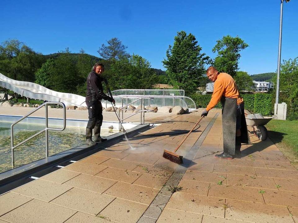 Die beiden Bademeister Igor Kindle und...nbad Seelbach auf den Saisonstart vor.  | Foto: Gemeinde Seelbach