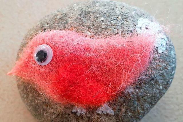 Bunter Filz auf grauem Stein