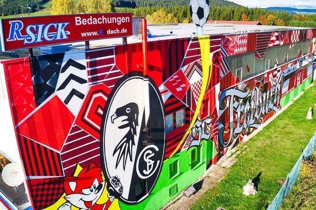 Fan lässt Wand seiner Betriebshalle mit SC-Motiven bemalen