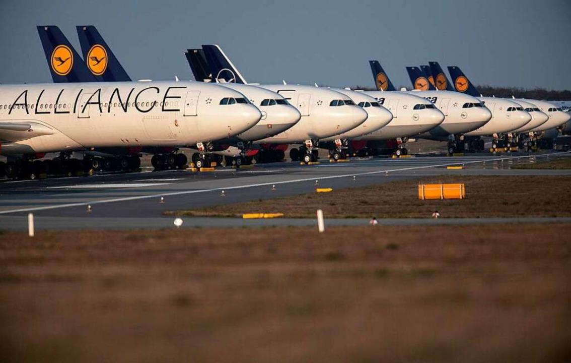 Flügellahm: Noch immer müssen viele Fl... der Corona-Pandemie am Boden bleiben.  | Foto: Boris Roessler (dpa)