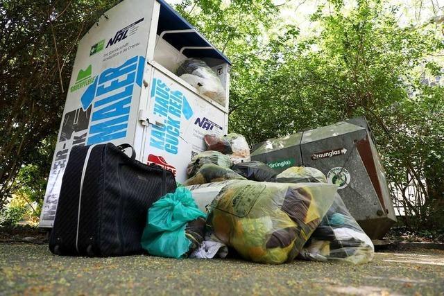 Altkleidercontainer quellen über und werden als Müllplatz genutzt