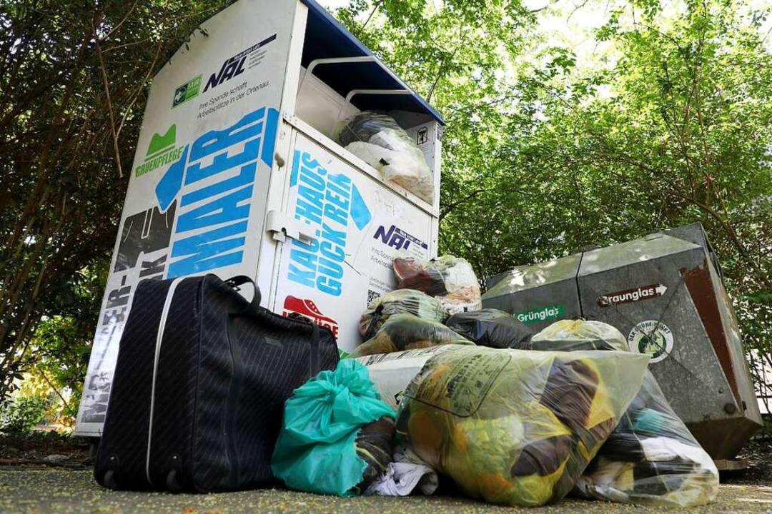 Wenn der Container voll ist, laden man...er (oder ihren Müll) einfach davor ab.  | Foto: Christoph Breithaupt