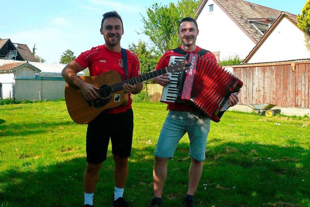 "Jens Leonhardt (links) und Fabian Süßl...nten"" spielen sie Corona-Lieder.  | Foto: Nina Herrmann"