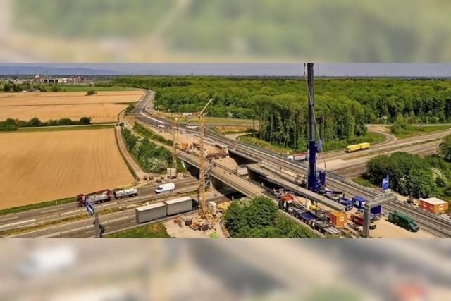Brückenteile werden montiert