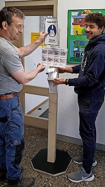 Michael Iorillo (links) hat mit Unters... Fürstabt-Gerbert-Schule hergestellt.     Foto: Susanne Schwer